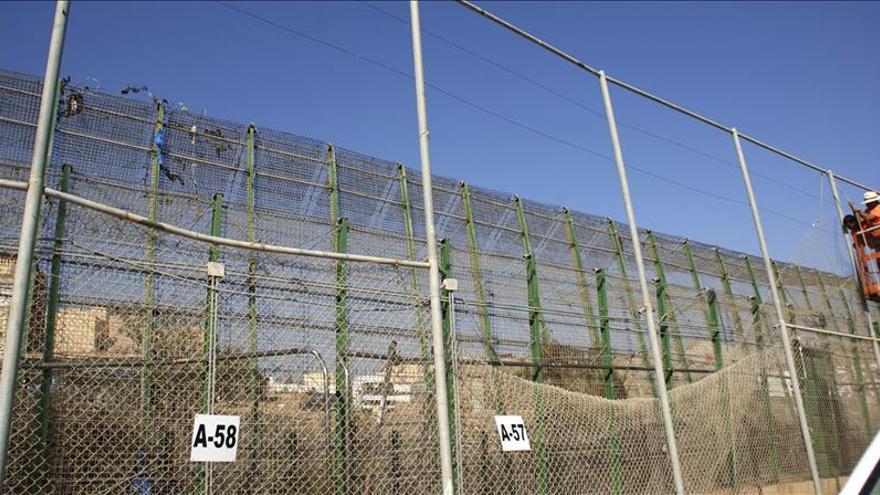 El Gobierno estudia poner una malla en la valla de Melilla para impedir la escalada