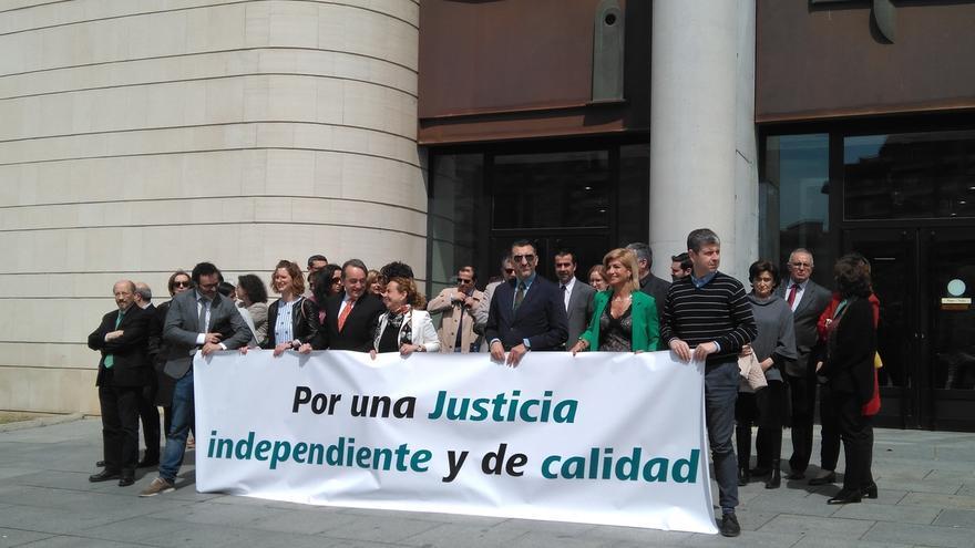 """Jueces y fiscales navarros se vuelven a concentrar a favor de una Justicia """"independiente"""" y prevén una huelga el martes"""