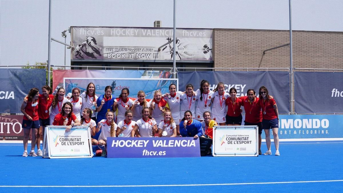 Selección española Sub-18 celebrando su plata.