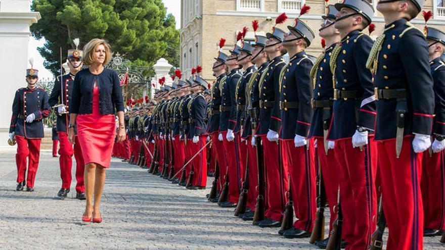 La ministra de Defensa, María Dolores de Cospedal, pasando revista a las tropas. JAVIER CEBOLLADA / EFE