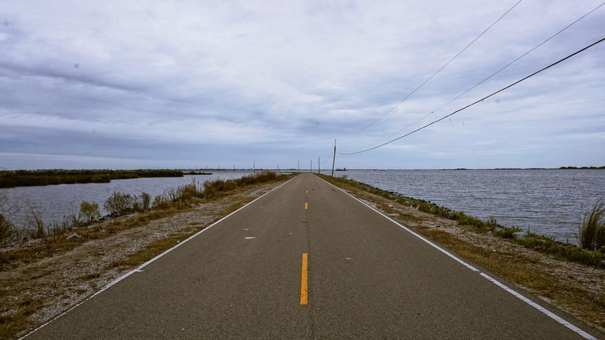 Island Road, la carretera que conduce a Isle de Jean Charles, en Louisiana (EE.UU.)