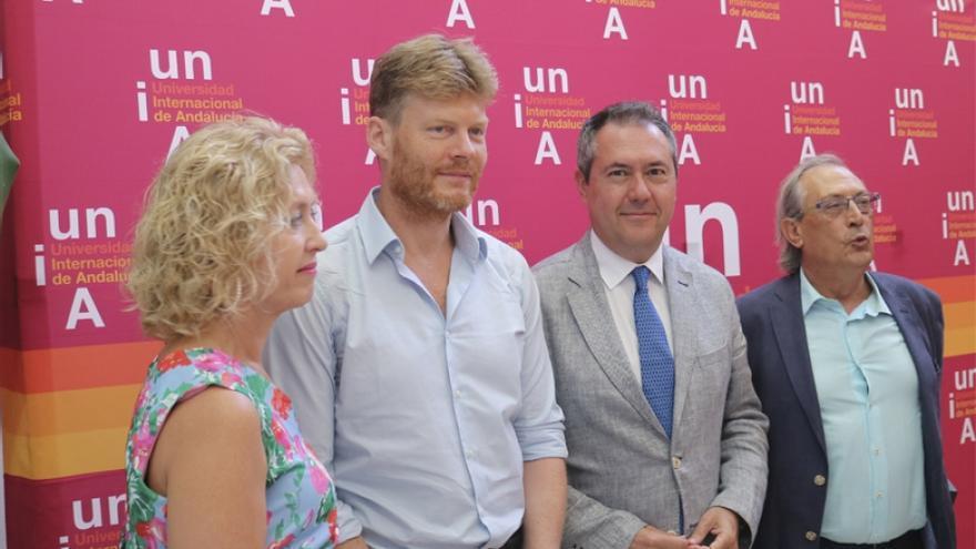 Espadas, alcalde de Sevilla, y Felber, impulsor de la Economía del Bien Común, firman un convenio de adhesión de la ciudad a esta doctrina
