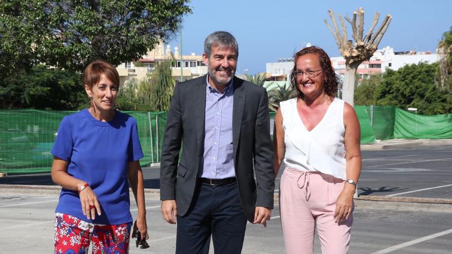 La alcaldesa de Mogán, Onalia Bueno (Ciuca), el presidente del Gobierno de Canarias, Fernando Clavijo (CC) y la teniente alcalde, Pino González (PSOE).