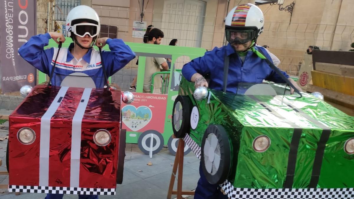 Dos participantes en actividades de la Semana de la Movilidad.