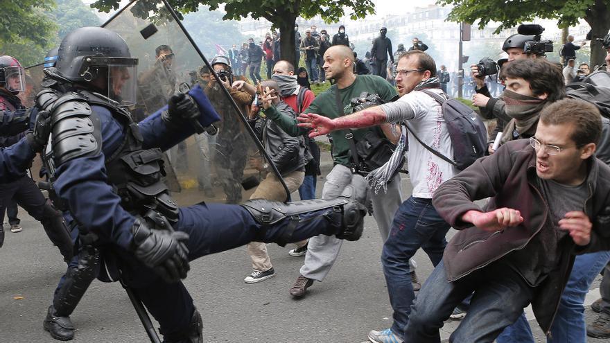 Los antidisturbios se enfrentaron este jueves en París a los manifestantes que protestan contra la reforma laboral de Hollande, que pretende dar más flexibilidad a las empresas.