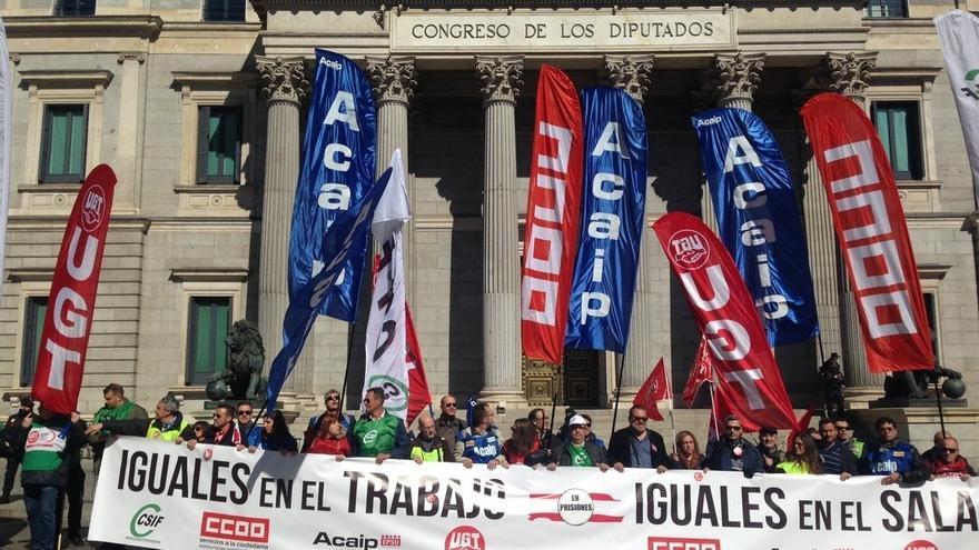 Los funcionarios de prisiones exigen frente al Congreso el mismo salario por el mismo trabajo en las cárceles españolas
