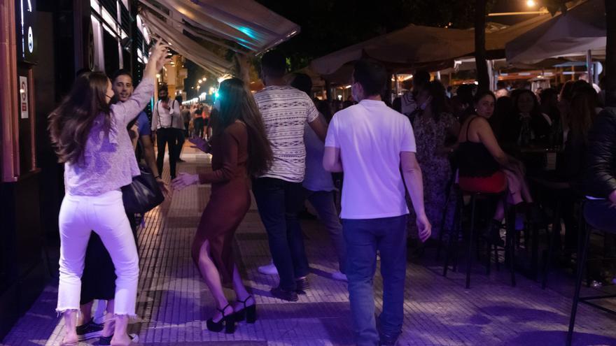 Varias personas en la terraza de un bar en la primera noche sin toque de queda tras el fin del estado de alarma, a 09 de mayo de 2021, en Sevilla