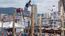 David Naredo se proclama vencedor del 'Campeonato de aizkolaris escaladores Eroski 50' celebrado en Bilbao
