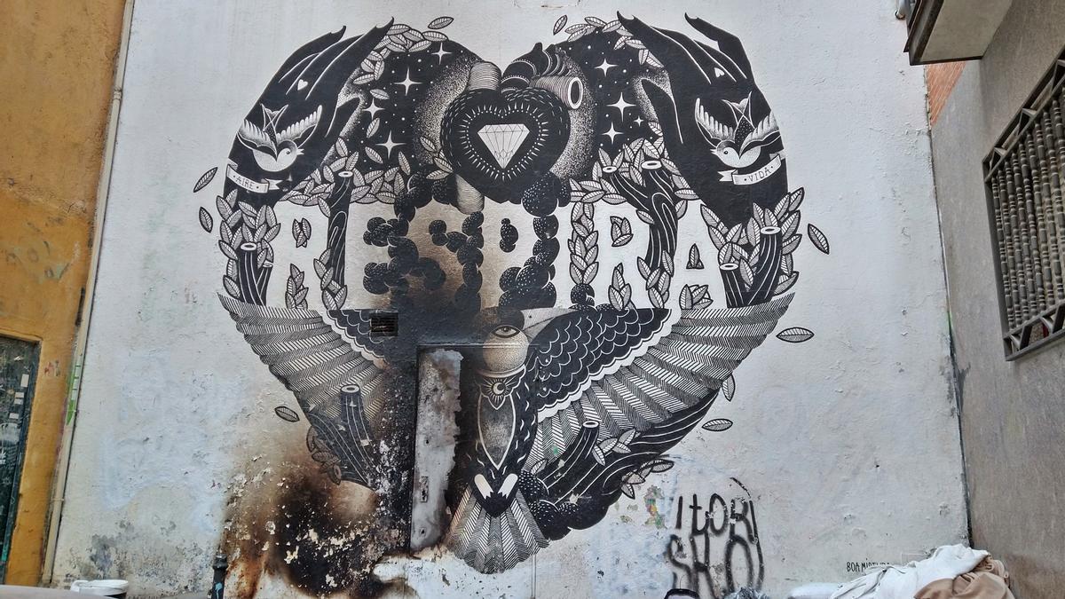 Vista del mural de Boa Mistura en la calle San Dimas, después del incendio