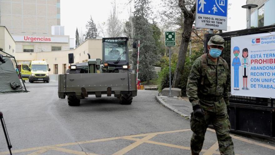 Militares en un centro de salud durante el estado de alarma