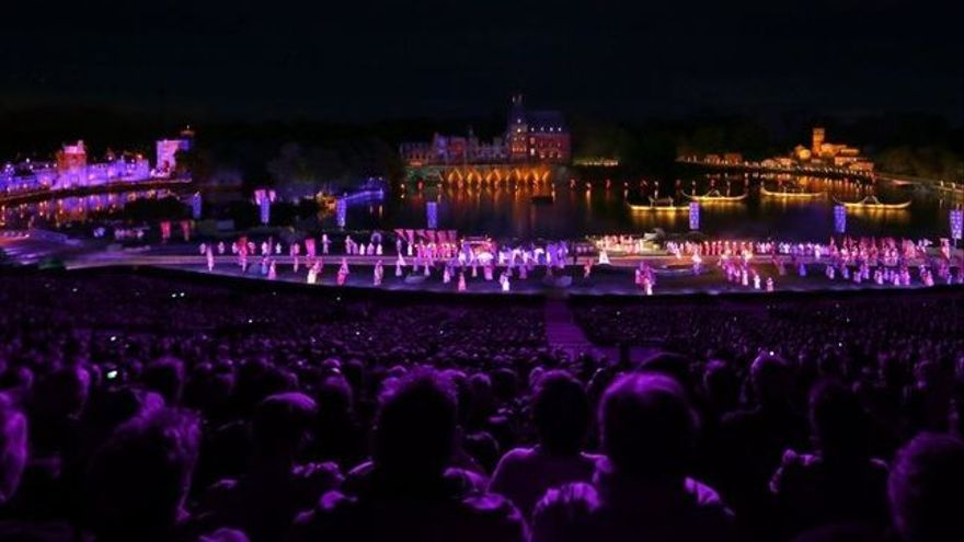 Espectáculo nocturno en el parque Puy du Fou en Francia