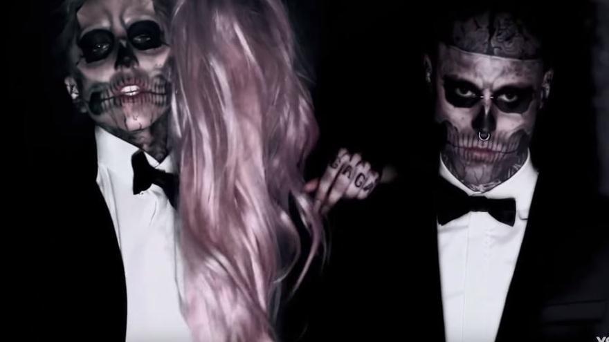 El model Rick Genest, 'Zombieboy', en el videoclip de 'Born This Way' junto a Lady Gaga.