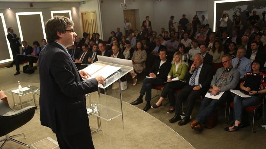 """Puigdemont expone en Londres su """"vía catalana"""" para la independencia"""