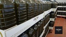 Producción de aceite recién envasada en la fábrica de Enoro en Arahal (Sevilla)