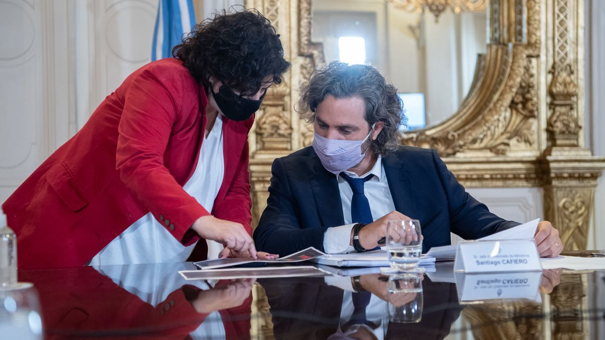 La ministra Carla Vizzotti, en la reunión del 12 de abril de 2021 con Santiago Cafiero y expertos de sanidad.