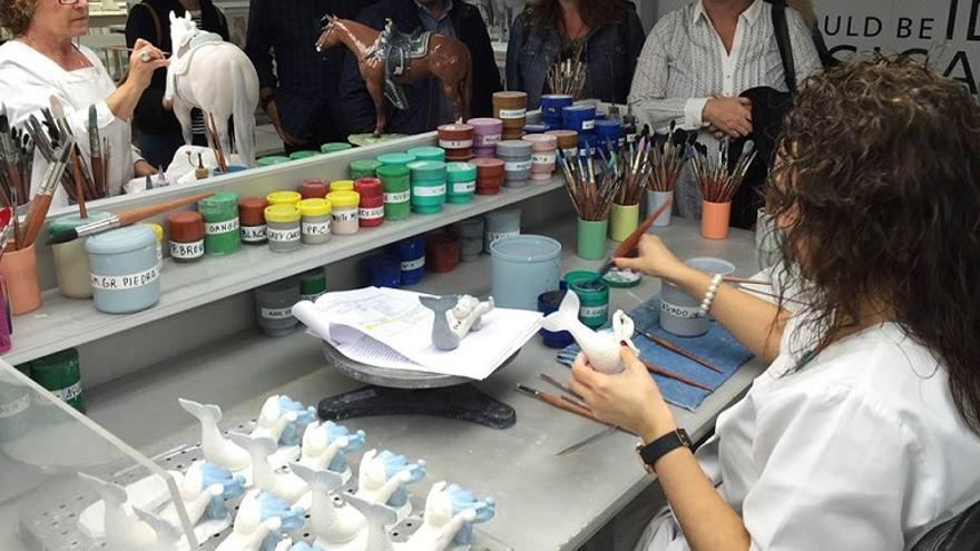 Trabajadoras de Lladró pintando algunas de sus porcelanas