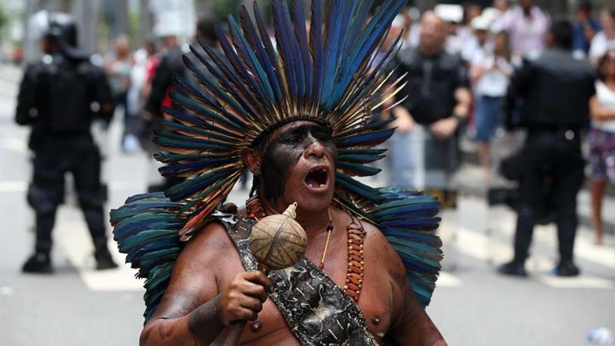 Manifestantes bloquean las calles de Río en protesta por paquete de recortes