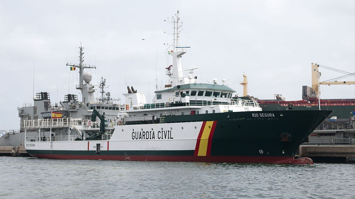 La patrullera de la Guardia Civil Río Segura que busca al pescador