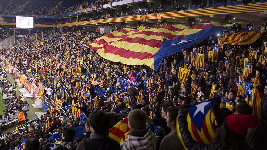 Partido de Catalunya-Nigeria en el estadio del Espanyol en Cornellà fue un evento festivo pero tambien reivindicativo./ Edu Bayer