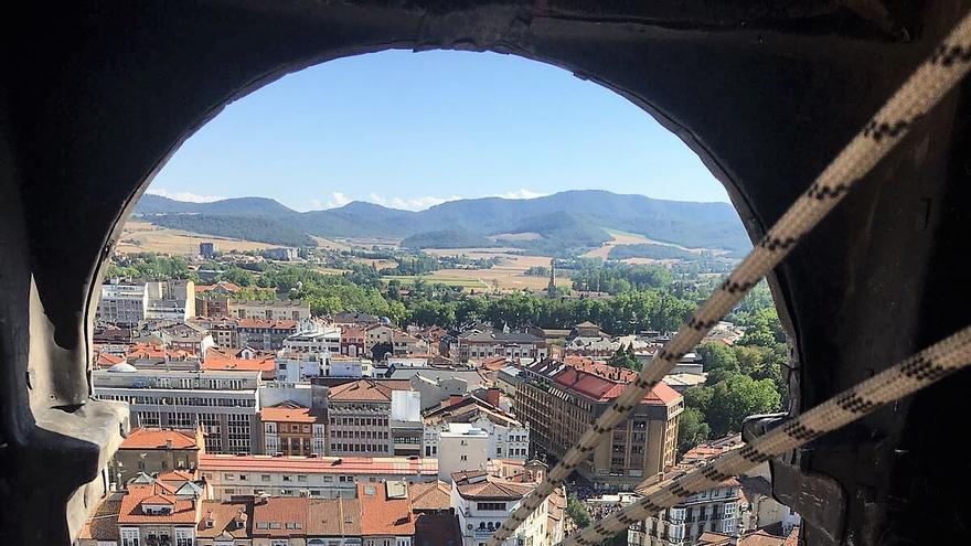 Celedón, en la torre de San Miguel, a punto de iniciar la bajada.