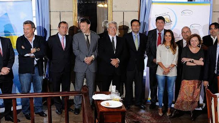 La directiva de ASINCA con los directores de varios medios de comunicación de Canarias. Foto: Jesús Bilbao