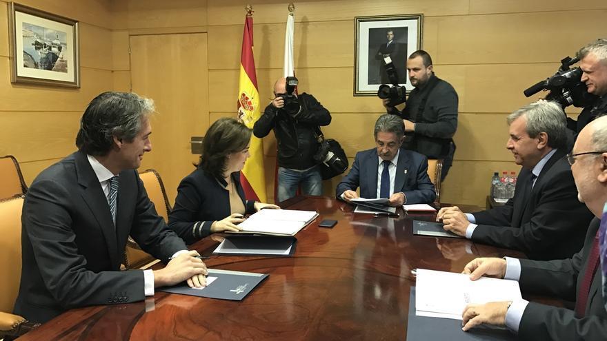 Fomento encarga estudio para mejorar vía Santander-Bilbao y acelera el proyecto del tercer carril de la A-8