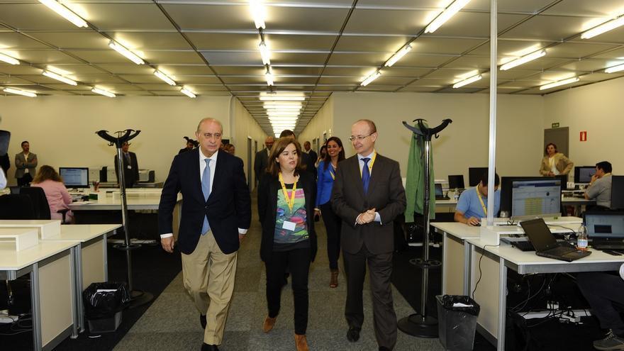 Sáenz de Santamaría y Fernández Díaz visitan el Centro de Difusión Datos para las elecciones locales