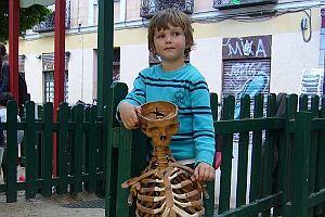 Adolfo posa junto al esqueleto encontrado | A.P.