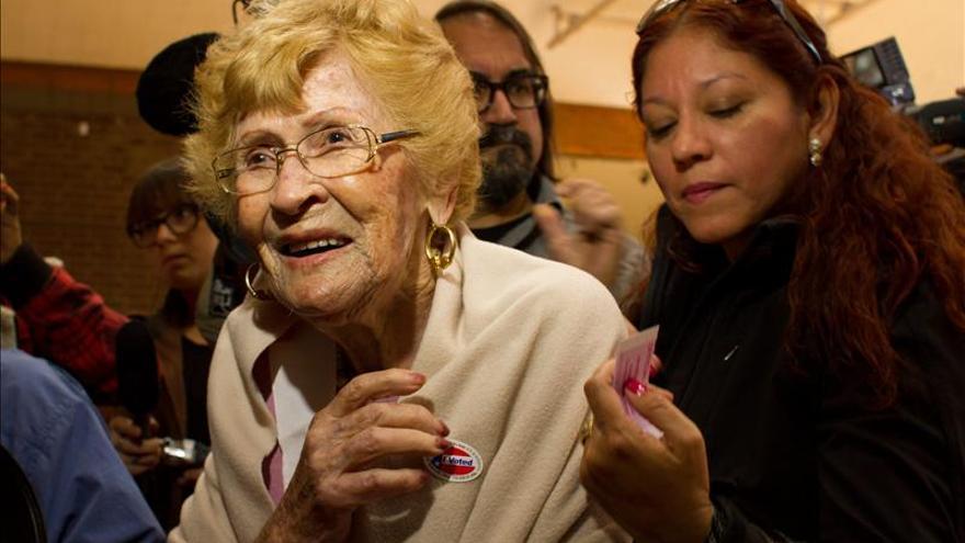 Una mexicana de 102 años vota por primera vez en EE.UU. a ritmo de mariachis