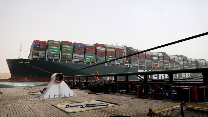 El Canal de Suez suspende temporalmente la navegación por buque varado