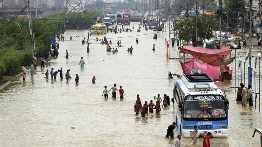 Al menos 15 muertos y caos por las lluvias en la ciudad paquistaní de Karachi