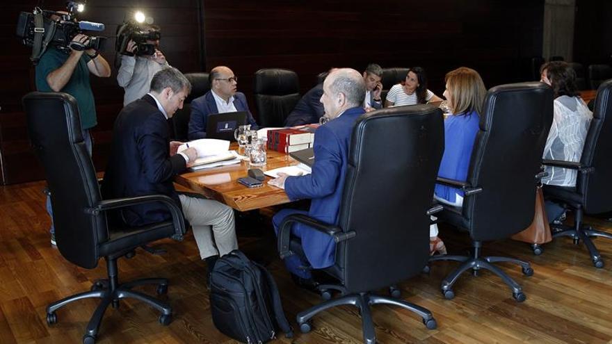El presidente del Gobierno de Canarias, Fernando Clavijo, preside la reunión semanal del Consejo de Gobierno en la capital tinerfeña.- EFE/Cristóbal García