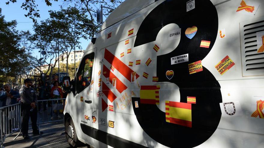 Estado en el que ha quedado una unidad de TV3 al paso de la manifestación
