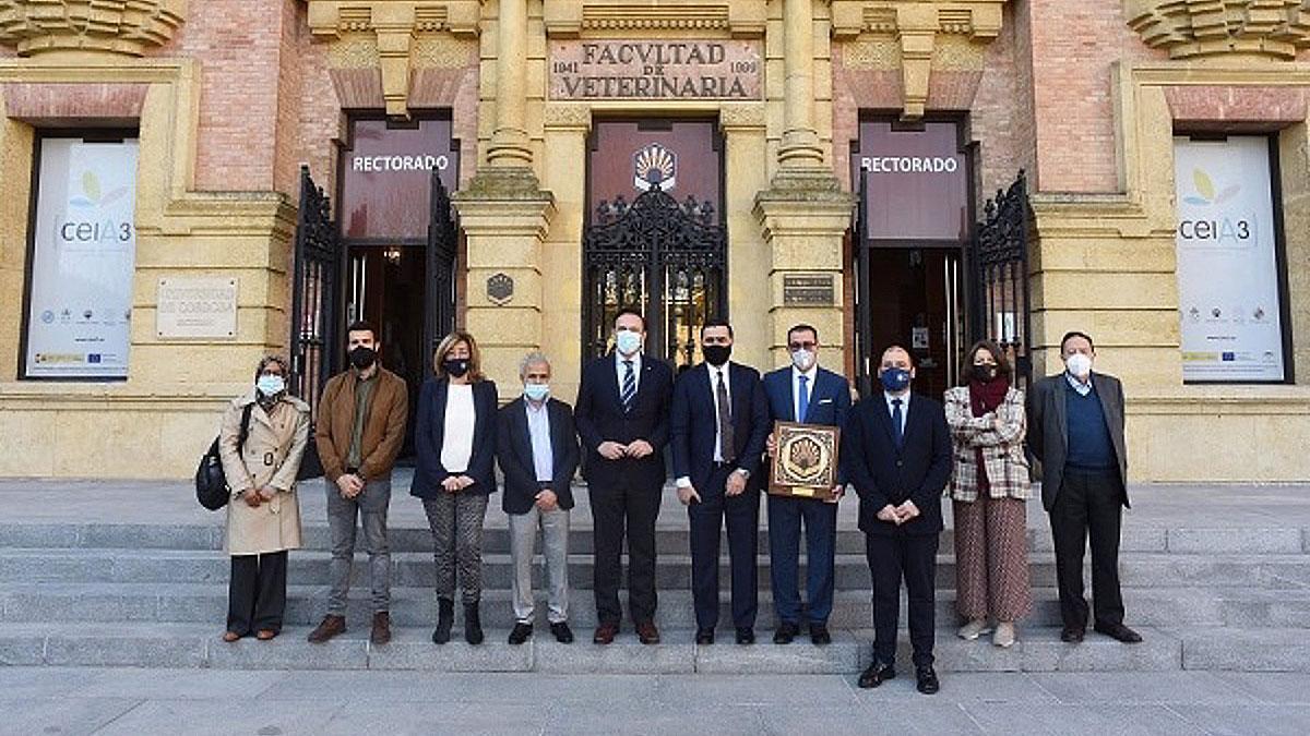La delegación libia con las autoridades de la Universidad de Córdoba.