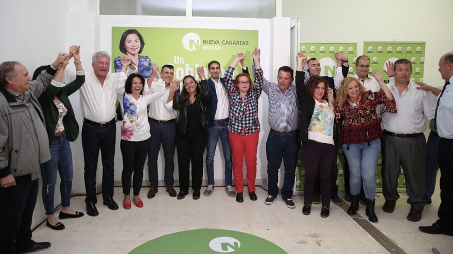 Presentación oficial de Isabel Santiago como candidata por Nueva Canarias a la alcadía del Ayuntamiento de Mogán junto al diputado Pedro Quevedo, entre otros.