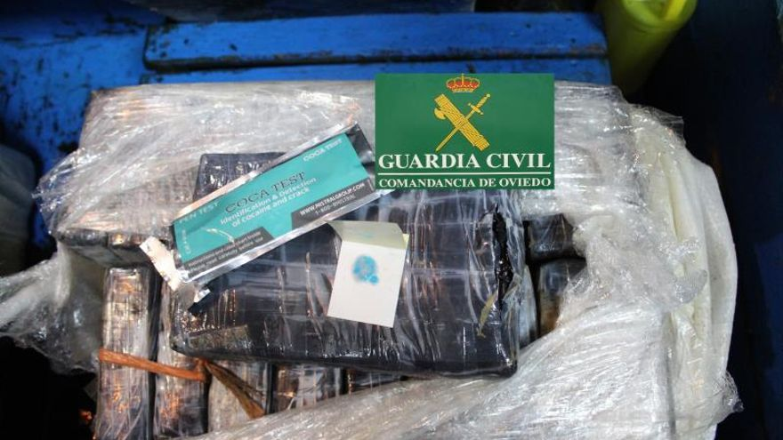 Un pesquero asturiano encuentra flotando dos fardos con 40 kilos de cocaína