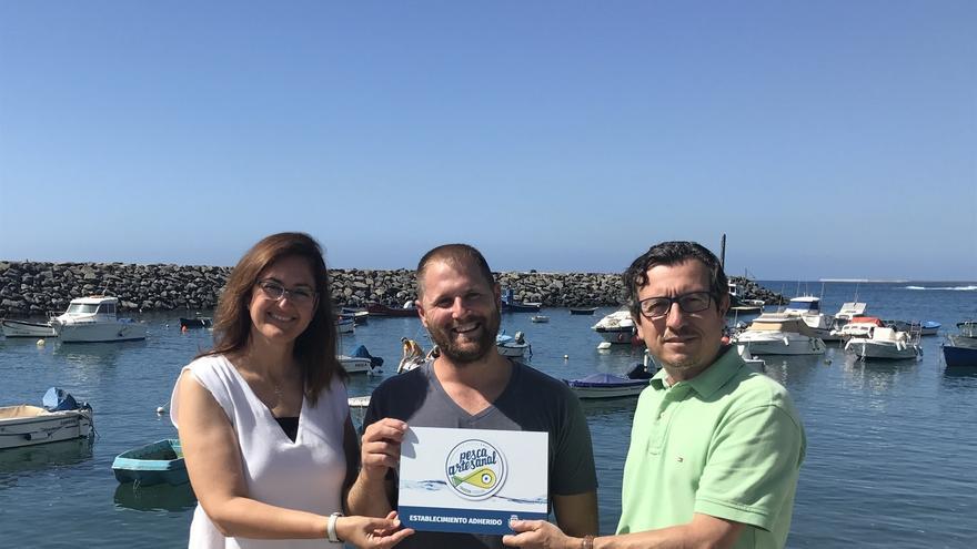 El vicepresidente y consejero insular de Agricultura, Ganadería y Pesca, Jesús Morales, entrega los certificados correspondientes a las cofradías de pescadores de Alcalá (Guía de Isora), Tajao (Arico) y Candelaria.