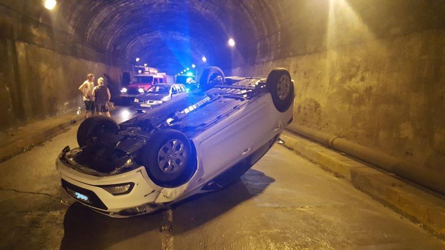En la imagen, el vehículo que volcÓ. Foto: BOMBEROS LA PALMA