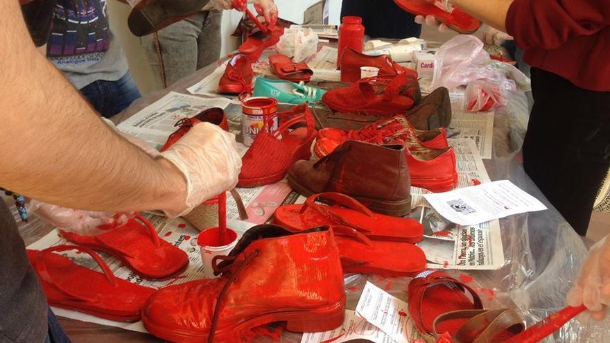 Tintando zapatos en la organización Zapatos Rojos Córdoba y Málaga