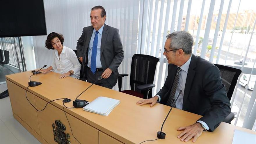 El fiscal del Supremo coordinador de Seguridad Vial, Bartolomé Vargas (c), acompañado por el fiscal Superior de Canarias, Luis del Río (d), y la fiscal jefe de Las Palmas, Beatriz Sánchez (i). EFE/Elvira Urquijo A.