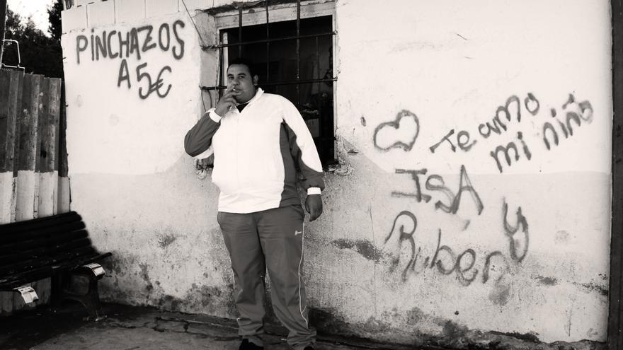 Faisal Benani frente su tienda en la Cañada Real Galiana