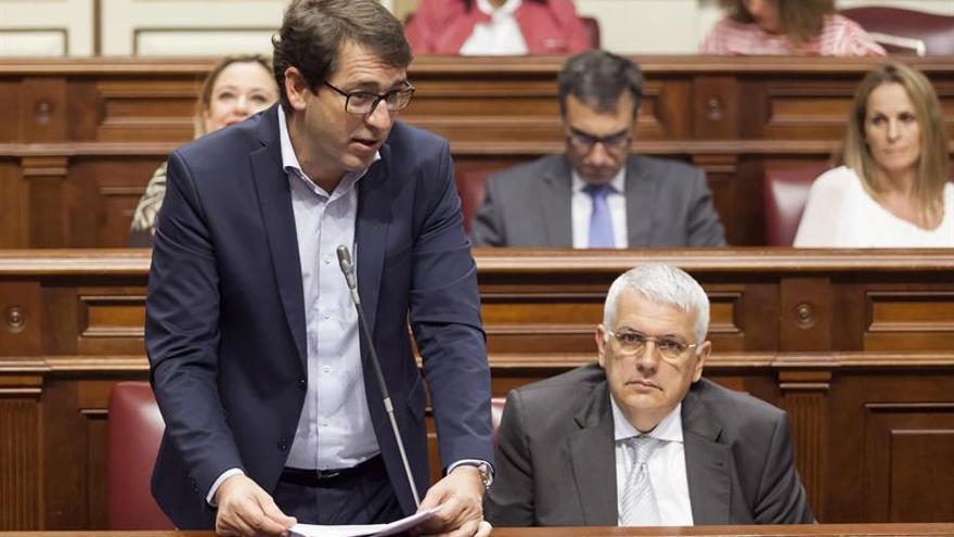 El portavoz del grupo parlamentario socialista, Iñaki Lavandera (i), interviene en el pleno del Parlamento.