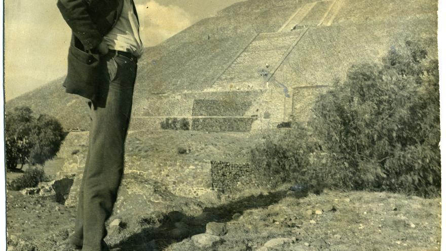 Mathias Goeritz en Teotihuacan, 1957