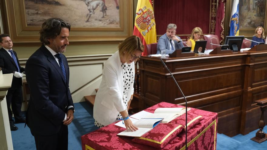 En la imagen, Ludit Natalia Bayarri Martín ratificando este martes  su toma de posesión como diputada del Parlamento de Canaria.