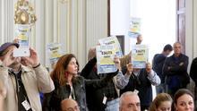 Protesta de vecinos de La Isleta en el pleno del Ayuntamiento