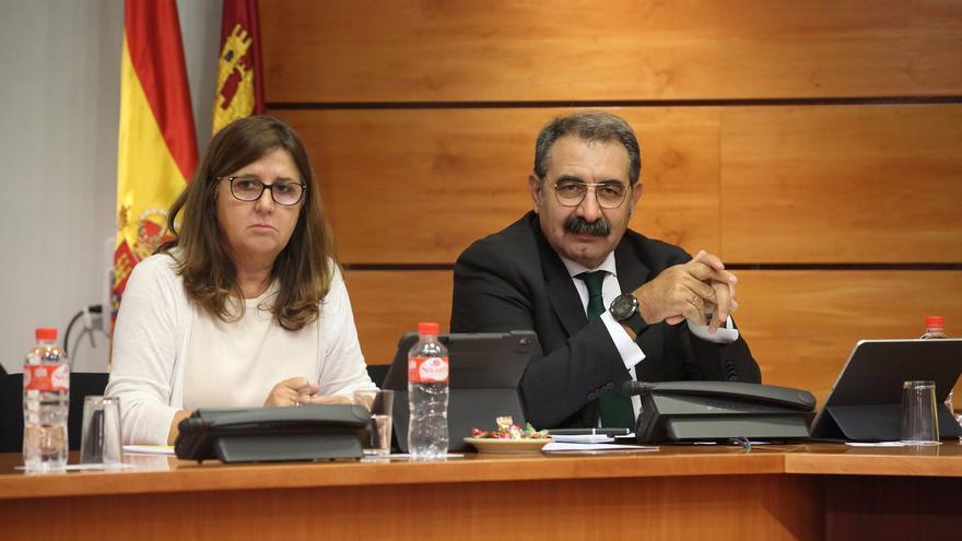 La directora-gerente del Sescam, Regina Leal, y el consejero de Sanidad, Jesús Fernández Sanz