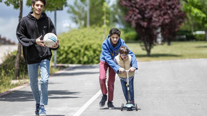 Nacho (d) juega con sus hermanos Luis (centro) y Pablo (i) en un parque durante la franja horaria de salida permitida para los niños de hasta 14 años (de 12 a 19 horas) durante la fase 0 del estado de alarma en Madrid / Europa Press