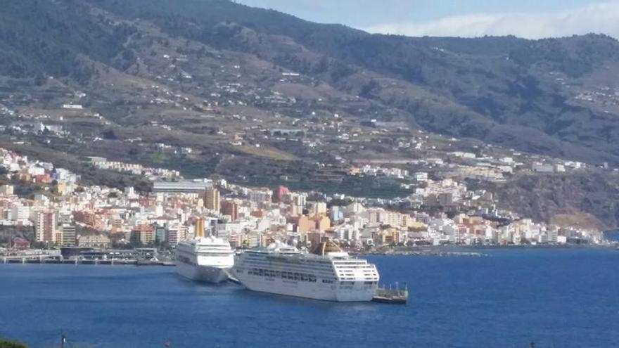 En la imagen, los buques Oriana y Oceana, este jueves, en el puerto de Santa Cruz de La Palma. Foto: Felipe Pino.