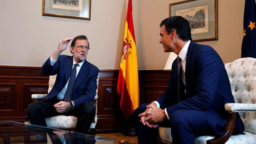 Rajoy y Sánchez se reúnen en Moncloa un año después de su último encuentro