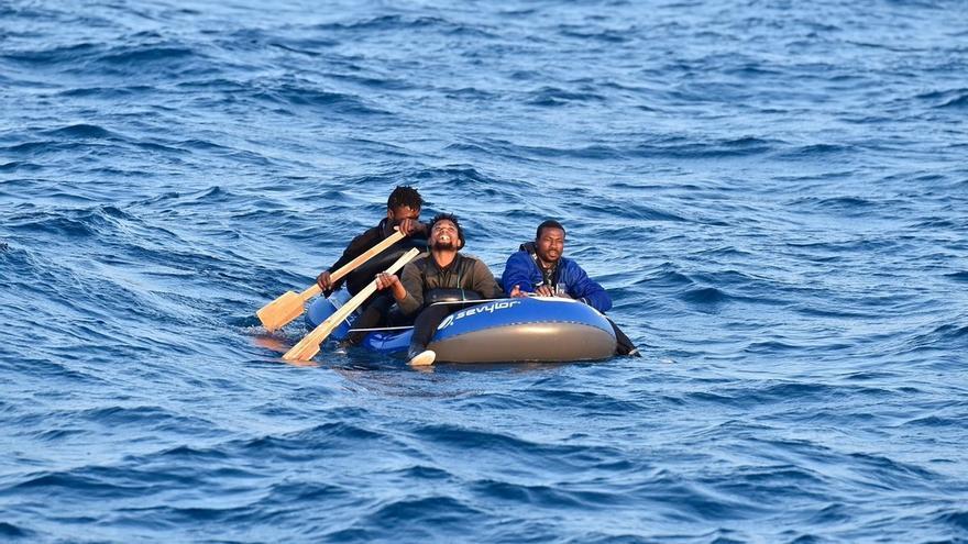 Trasladan a Almería y Motril (Granada) a 107 personas rescatadas de dos pateras en el Mar de Alborán